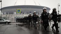 Polisi anti huru-hara berlatih di depan stadion sepak bola yang baru dibangun di Saint Petersburg di Rusia, Selasa (17/4). Polisi tersebut berlatih jelang pertandingan Piala Dunia 2018 yang akan dimulai pada 14 Juni 2018. (AP Photo/Dmitri Lovetsky)