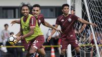 Pemain Persija Jakarta, Rohit Chand, menangkap bola saat latihan di Lapangan ABC, Jakarta, Jumat (30/3/2018). Latihan ini persiapan jelang laga Liga 1 melawan Arema FC. (Bola.com/Vitalis Yogi Trisna)