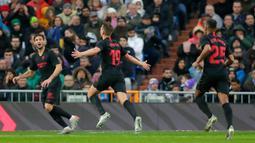 Pemain Sevilla Luuk de Jong (tengah) merayakan golnya ke gawang Real Madrid pada pertandingan Liga Spanyol di Stadion Santiago Bernabeu, Madrid, Spanyol, Sabtu (18/1/2020). Menang 2-1, Real Madrid memuncaki klasemen sementara Liga Spanyol. (AP Photo/Manu Fernandez)