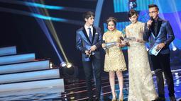 Acara Liputan 6 Awards 2015 semakin meriah dengan dipandu oleh para host Andhika Pratama, Aliando Syarief, Prilly Latuconsina, dan Rina Nose di Studio Emtek, Jakarta, Rabu (20/5). (Liputan6.com/Faisal R Syam)