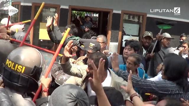Warga berusaha adang upaya eksekusi sebidang lahan lapangan tenis di Kota Cimahi.