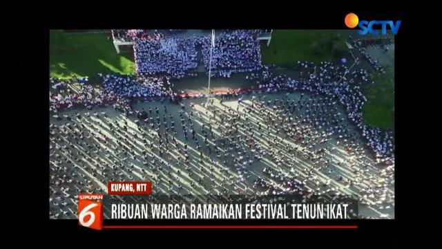 Ribuan warga Nusa Tenggara Timur ikuti festival tenun ikat di Jalan Eltari, Kupang.