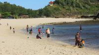 eberapa pengunjung Pantai Watukarung, Pringkuku, Pacitan bermain air di tepi pantai pada hari pertama Ramadan kemarin (6/5). (Sugeng Dwi Nurcahyo/Jawa Pos Group)