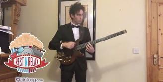 Pria Ini Mainkan 'Soundtrack' James Bond Lewat Bass
