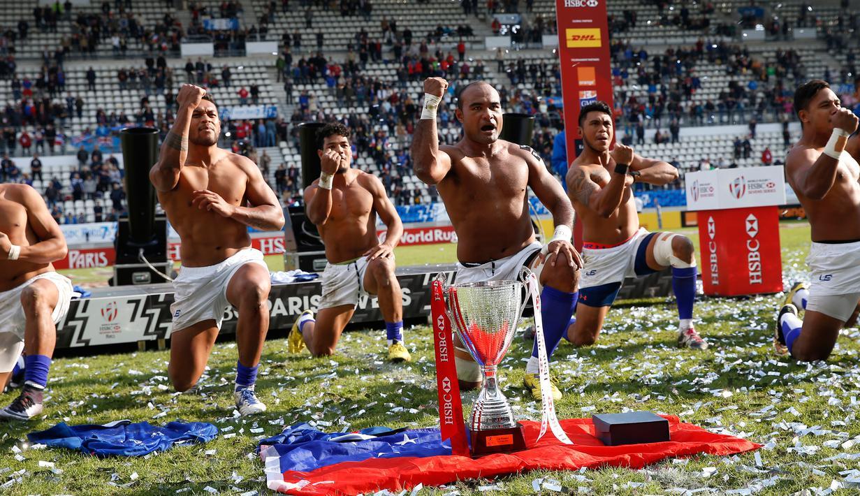 Para pemain Samoa melakukan tarian haka tradisional setelah memenangkan Turnamen Rugby di final melawan tim Fiji di Stade Jean Bouin, Paris, Prancis (15/5/2016). Samoa mengalahkan pemimpin World Series Fiji 29-26. (AFP PHOTO/THOMAS SAMSON)