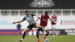 Gelandang Newcastle United, Jacob Murphy berusaha merebut bola dari penyerang Arsenal, Nicolas Pepe pada pertandingan lanjutan Liga Inggris di stadion St James 'Park, di Newcastle, Inggris, Minggu (2/5/2021). Kemenangan ini membuat Arsenal  menduduki posisi ke-9 klasemen. (Lee Smith/Pool via AP)