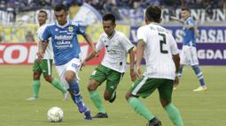 Gelandang Persib Bandung, Abdul Aziz, menggiring bola saat melawan Persiwa Wamena pada laga Piala Indonesia di Stadion Si Jalak Harupat, Bandung, Senin (11/2). Persib menang 7-0 atas Persiwa. (Bola.com/M Iqbal Ichsan)