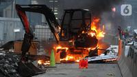 Massa membakar backhoe di Jalan MH. Thamrin, Jakarta, Kamis (8/10/2020). Aksi anarkis massa dilakukan setelah bentrok dengan petugas kepolisian di kawasan Patung Kuda, Jakarta.(merdeka.com/Arie Basuki)