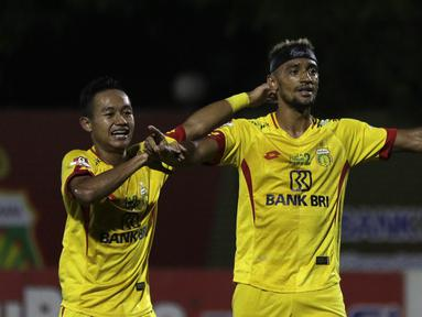 Gelandang Bhayangkara FC, Bruno Matos, merayakan gol yang dicetaknya ke gawang Tira Persikabo pada laga Shopee Liga 1 di Stadion PTIK, Jakarta, Sabtu (19/10). Bhayangkara menang 2-0 atas Tira Persikabo. (Bola.com/Yoppy Renato)