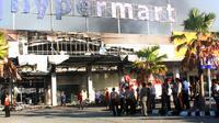 Bangunan pusat perbelanjaan Hypermart di Mataram yang terbakar (Liputan6.c,/Hans Bahanan)
