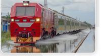 Penampakan lokomotif bernama CC300 tersebut saat menerobos banjir di Semarang.