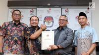 Ketua KPU RI, Arief Budiman (kedua kanan) menyerahkan hasil Laporan Penerimaan Sumbangan Dana Kampanye (LPSDK) Partai Politik peserta Pemilu 2019 kepada Komisioner Bawaslu, Muhammad Afifudin di Jakarta, Rabu (2/1). (Liputan6.com/Helmi Fithriansyah)