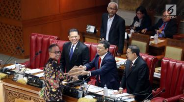 Menteri Sosial Agus Gumiwang (kiri) bersama pimpinan DPR saat Rapat Paripurna di Kompleks Parlemen, Senayan, Jakarta, Selasa (3/9/2019). DPR dijadwalkan mengesahkan dua Rancangan Undang-Undang (RUU) yaitu RUU Sumber Daya Air (SDA) dan RUU Pekerja Sosial. (Liputan6.com/JohanTallo)