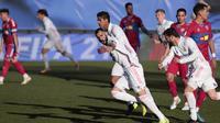Striker Real Madrid Karim Benzema merayakan golnya ke gawang Elche dalam lanjutan Liga Spanyol di Alfredo di Stefano Stadium, Sabtu, 13 Maret 2021. (AP Photo/Bernat Armangue)