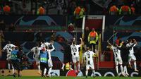 Para pemain Juventus menyapa suporter saat merayakan kemenangan ata Manchester United pada laga Liga Champions di Stadion Old Trafford, Manchester, Selasa (23/10). MU kalah 0-1 dari Juventus. (AFP/Oli Scarff)