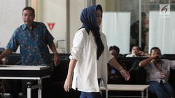 Istri terpidana kasus korupsi E-KTP Setya Novanto, Deisti Astriani Tagor berjalan di gedung KPK, Jakarta, Selasa (18/9). Deisti Astriani melakukan koordinasi terkait pengembalian uang pengganti kasus E-KTP yang menjerat suaminya. (Merdeka.com/Dwi Narwoko)