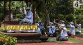 Umat Hindu Bali memperingati Hari Raya Galungan di Pura Amerta Jati, Jalan Punak, Pangkalan Jati, Cinere, Depok, Rabu (14/4/2021). Di tengah pandemi COVID-19, Pura Amerta Jati menerapkan protokol kesehatan dan pembatasan umat yang hadir untuk memperingati Galungan. (Liputan6.com/Johan Tallo)