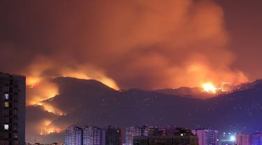 Pemandangan kebakaran hutan di Xichang, Provinsi Sichuan, China, Selasa (31/3/2020). Otoritas setempat mengungkapkan bahwa 19 orang tewas saat berupaya memadamkan kebakaran hutan di Sichuan. (Xinhua/Liu Mingke)