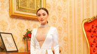 Penampilan Zaskia Gotik saat menghadiri resepsi pernikahan Siti Badriah. (dok. Instagram @zaskia_gotix/https://www.instagram.com/p/B0ateILDfOe/Putu Elmira)