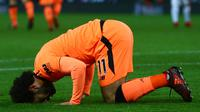 Gelandang Liverpool, Mohamed Salah melakukan sujud syukur usai mencetak gol ke gawang Stoke City pada pekan ke-14 Premier League di Bet365 Stadium, Kamis (30/11). Dua gol Salah sukses mencukur Stoke City 3-0. (Geoff CADDICK/AFP)