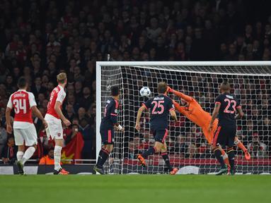 Kiper Arsenal, Petr Cech menghalau bola tendang gelandang Bayern Muenchen, Arturo Vidal pada pertandingan liga Champions di Emirates Stadium, London, Inggris  (20/10/15). Arsenal menang atas Muenchen dengan skor 2-0. (Reuters/Tony O'Brien)