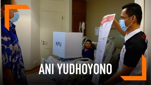 Ani Yudhoyono menggunakan hak pilihnya meski sedang dirawat di rumah sakit Singapura. Hari Minggu (14/4) Ibu Ani mencoblos di bilik suara dibantu petugas TPS di ruang perawatan National University Hospital Singapura.