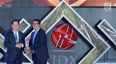 Dirut PT Bursa Efek Indonesia Inarno Djajadi (kanan) memberikan penghargaan kepada Presdir BCA Jahja Setiaatmadja (kiri) pada IDX Channel Innovation Awards 2019 di Jakarta, Rabu (14/8/2019). IDX Channel memberikan apresiasi dalam penerapan digitalisasi perbankan sepanjang 2018. (Liputan6.com/HO/Eko)