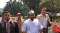 Ustaz Sambo datangi Mapolda Metro Jaya untuk diperiksa sebagai saksi dugaan makar dengan tersangka Eggi Sudjana. (Ronald/Merdeka.com)