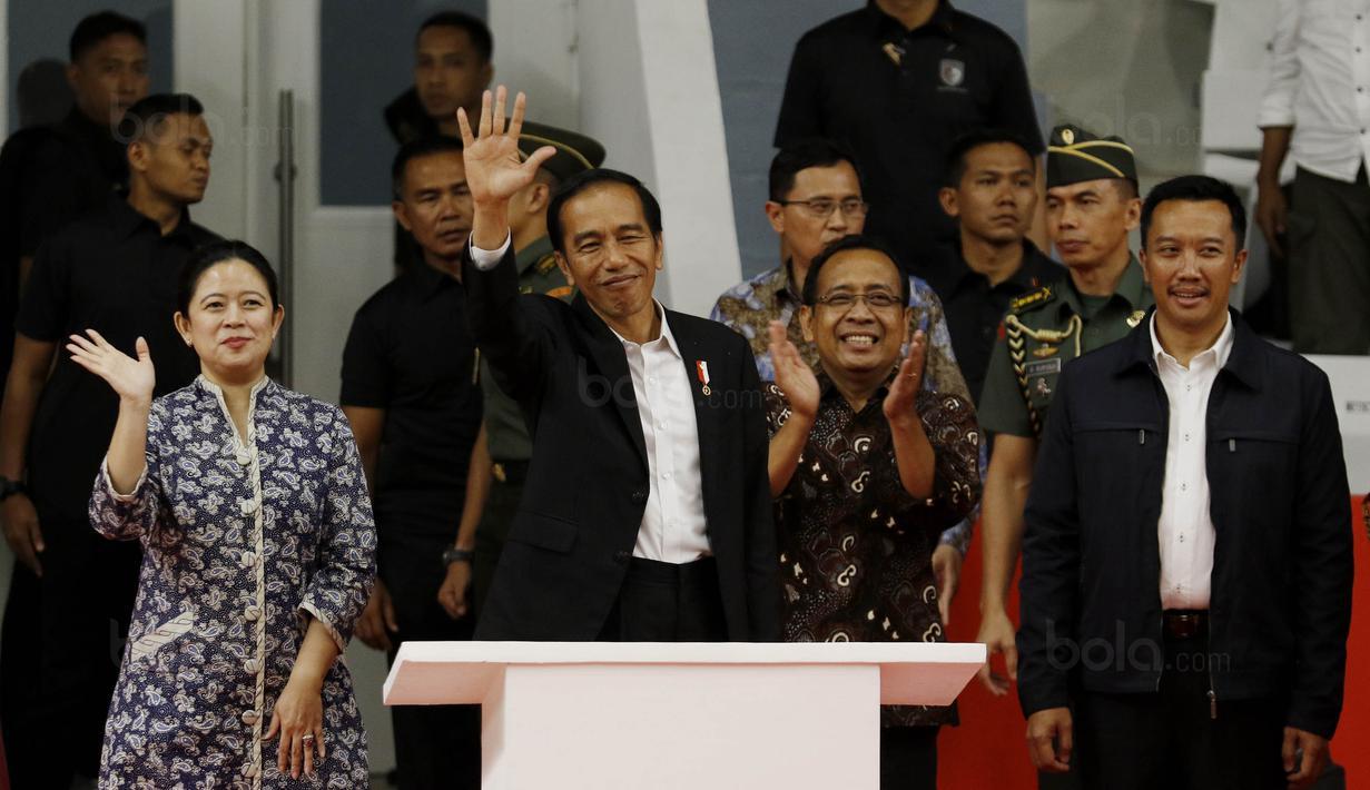 Presiden RI, Joko Widodo, menyapa suporter saat peresmian Istora Senayan, Selasa (23/1/2018). Setelah direnovasi Istora kini berkapasitas 7.120 penonton dan memiliki kursi dan pencahayaan yang lebih baik. (Bola.com/M Iqbal Ichsan)