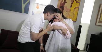 Kebahagiaan tengah dirasakan pasangan Franda dan Samuel Zylgwn. Pasalnya, pasangan ini baru saja dikaruniai seorang anak. Franda melahirkan anak pertamanya pada 29 April 2018. (Nurwahyunan/Bintang.com)
