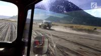 Mobil Toyota jeep melaju kencang membawa wisatawan menuju kawasan Gunung Bromo di Taman Nasional Bromo Tengger Semeru, Jawa Timur, Sabtu (4/11). Mobil buatan tahun 1980 menggunakan bahan bakar bensin.(Liputan6.com/Fery Pradolo)