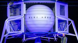 CEO Amazon Jeff Bezos memperkenalkan Blue Moon, kendaraan khusus untuk menjelajahi bulan, pada acara Blue Origin di Washington, 9 Mei 2019. Dengan pesawat baru yang dibangun oleh perusahaan antariksa milik Bezos, Blue Origin, manusia bakal bisa menjejak Bulan pada 2024. (SAUL LOEB / AFP)