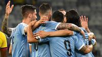 Para pemain Uruguay berselebrasi setelah rekan mereka, Arturo Mina membuat gol bunuh diri saat menghadapi Ekuador dalam laga pertama Grup C Copa America 2019 di Stadion Mineirao, Brasil, Minggu (16/6/2019). Uruguay berhasil memetik kemenangan besar 4-0 atas Ekuador. (Luis ACOSTA / AFP)