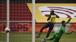 Pemain Ekuador Moises Caicedo mencetak gol ke gawang Uruguay pada pertandingan kualifikasi Piala Dunia 2022 di Stadion Casa Blanca, Quito, Ekuador, Selasa (13/10/2020). Pertandingan dimenangkan Ekuador dengan skor 4-2. (Rodrigo Buendia/Pool via AP)