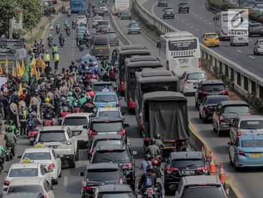Sejumlah kendaraan terjebak kemacetan di sekitar Gedung DPR/MPR RI, Jakarat, Selasa (24/9/2019). Kemacetan tersebut diakibatkan aksi demo yang dilakukan mahasiswa dengan buruh tani. (liputan6.com/Faizal Fanani)