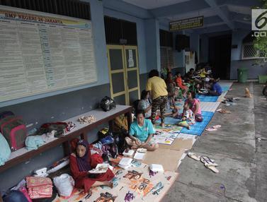Warga Kebon Pala Mengungsi Di SMP Negeri 26