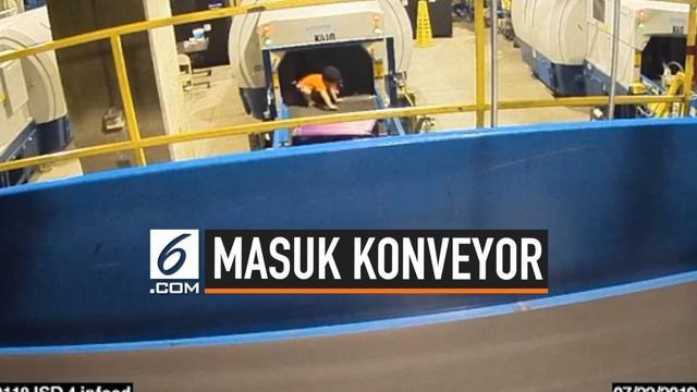Seorang anak berusia 2 tahun masuk ke conveyor belt bagasi bandara di Atlanta. Korban mengalami patah tangan dan beberapa luka.