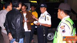 Citizen6, Kendal: Operasi ini juga dibantu oleh Satpam pasar Weleri dan juga patroli polisi. (Pengirim: Aryo Widiyanto)