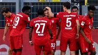 Pemain Bayern Munchen merayakan gol yang dicetak Joshua Kimmich ke gawang Borussia Dortmund pada laga pekan ke-28 Bundesliga di Stadion Signal Iduna Park, Selasa (26/5/2020) waktu setempat. Bayern Munchen menang 1-0 atas Borussia Dortmund. (AFP/Federico Gambarini/Pool)