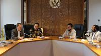 Bamsoet saat memberikan SK Pembentukan FOR PAPUA, di Ruang Kerja Ketua MPR RI, di Jakarta, Selasa (17/12/19).