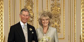 Istri kedua, Carmilla mengguat cerai setelah mengetahui suaminya, Pangeran Charles kepergok berciuman mesra dengan pria muda. Muncul rumor Pangeran Charles gay. Cerita cinta keduanya terbilang cukup panjang dan berliku. (AFP/Bintang.com)