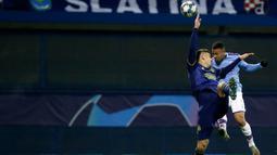 Pemain Manchester City Gabriel Jesus (kanan) menyundul bola saat menghadapi Dinamo Zagreb pada pertandingan Grup C Liga Champions di Stadion Maksimir, Zagreb, Kroasia, Rabu (11/12/2019). Manchester City menang 4-1 dan menjadi juara Grup C Liga Champions. (AP Photo/Darko Bandic)