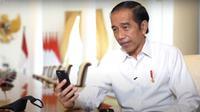 Presiden Jokowi berbincang dengan seorang guru asal Padang, Rika Susi Waty melalui panggilan video call. (YouTube Sekretariat Presiden)