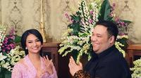 Bukan hanya sekedar berpacaran, namun cucuk mantan Presiden Soekarno ini sudah melamar Vanessa. Seperti yang terlihat dalam foto ini, Vanessa yang berkebaya dan Didi yang berbatik, kompak menunjukan cincin mereka. (Instagram/vanessaangelofficial)