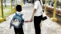Dian Sastro mengantarkan anaknya sekolah pada hari pertama masuk sekolah (Instagram/@therealdisastr)