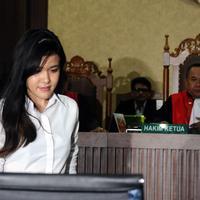 Terdakwa kasus dugaan pembunuhan Wayan Mirna Salihin, Jessica Kumala Wongso bersiap mengikuti sidang lanjutan di PN Jakarta Pusat, Senin (17/10). Sidang beragendakan pembacaan nota replik Jaksa Penuntut Umum. (Liputan6.com/Helmi Fithriansyah)