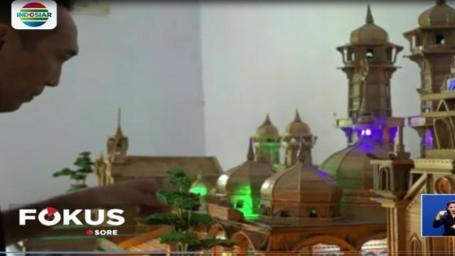 Eksan Afriani membuat kerajinan miniatur dari limbah bambu seperti miniatur masjid, gereja, dan pura.