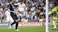 Bek Real Madrid Sergio Ramos menjebol gawang Club Brugge dengan sundulan (AP)