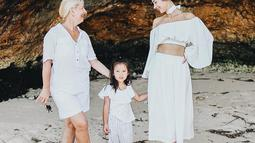 Ushci Kurniawan juga terlihat sering berlibur ke pulau Dewata untuk bertemu dengan Jennifer Bachdim dan cucunya. Uschi terlihat tengah berlibur bersama Jennifer dan Kiyomi saat berada di Bali. (Liputan6.com/IG/@jenniferbachdim)