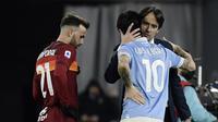 Manajer tim Lazio, Simone Inzaghi (kanan) memeluk gelandang Luis Alberto yang mencetak dua gol ke gawang AS Roma usai berakhirnya laga lanjutan Liga Italia Serie A 2020/21 pekan ke-18 di Olympic Stadium, Roma, Jumat (15/1/2021). Lazio menang 3-0 atas AS Roma. (AFP/Filippo Monteforte)